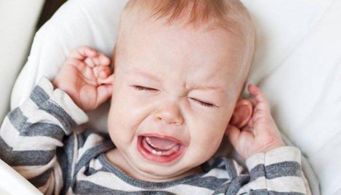 За ухом мокнет у ребенка как лечить